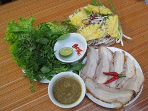 Suất bánh tráng cuốn thịt heo quay đầy đặn Hoàng Bèo Hà Đông